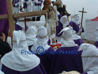 Venerdì Santo 2009: il Calvario con la Confraternita del SS. Crocifiso e la statua del Cristo prima della crocifissione.  - Villarosa (3439 clic)