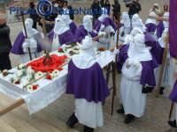 Venerdì Santo 2009: la confraternita del SS. Crocifisso al Calvario dopo la crocifissione.  - Villarosa (4372 clic)