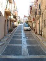 Una delle strade che dalla piazza conduce alla parte più alta dell'abitato.  - Acquaviva platani (5271 clic)