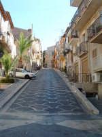 Una delle strade che dalla piazza conducono alla parte sommitale dell'abitato.  - Acquaviva platani (6528 clic)