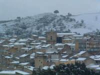 Nevicata del 26-01-2005, veduta del centro storico con la Chiesa Madre da contrada S.Rocco.  - Villarosa (3122 clic)