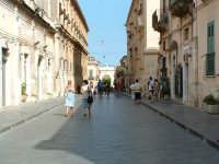Corso Vittorio Emanuele III con la Porta Reale sullo sfondo  - Noto (4446 clic)