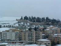 Nevicata del 26-01-2005, veduta della zona di nuova espansione e del cimitero da contrada S.Rocco.  - Villarosa (3387 clic)