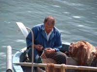 Pescatore che ripara le reti  - Castellammare del golfo (2700 clic)