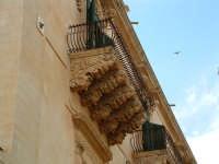 Palazzo Nicolaci, mensole antropomorfe  - Noto (1991 clic)