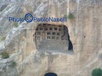 Area archeologica di Contrada Canalotto,vista di uno degli ambienti scavati nel costone roccioso.   - Calascibetta (1890 clic)