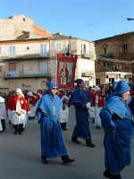 Pasqua a Villarosa: 08/04/2007,la processione con gli incappucciati delle varie confraternite, e lo stendardo della Confraternita di S.Barbara sullo sfondo.  - Villarosa (2808 clic)