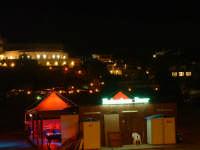 Noto Marina, chiosco sulla spiaggia e luci notturne  - Noto (2049 clic)