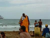 Noto Marina, venditore ambulante in spiaggia  - Noto (2864 clic)