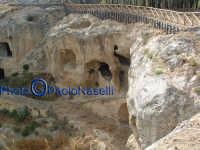 Area archeologica di Contrada Canalotto,vista da est del costone roccioso con gli ambienti scavati nella roccia.  - Calascibetta (1986 clic)