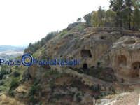 Area archeologica di Contrada Canalotto,vista da est del costone roccioso; sullo sfondo, le campagne di Villarosa.  - Calascibetta (1980 clic)