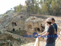 Area archeologica di Contrada Canalotto,visitatori osservano lo stupendo costone roccioso.  - Calascibetta (2557 clic)