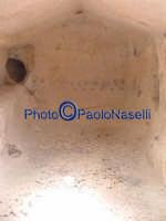 Area archeologica di Contrada Canalotto,l'interno della Chiesa scavata nella roccia dall'ingresso. Da notare il piccolo raggio di sole circolare sul pavimento, sopra la sagoma dell'ingresso; il raggio, fino al tramonto, segue una linea retta fino a colpire la zona sacra dall'altare.  - Calascibetta (2305 clic)