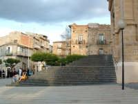 Piazza S.Giacomo, la scalinata della Chiesa Madre con il Palazzo Ducale sullo sfondo.  - Villarosa (7430 clic)