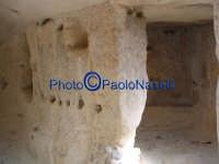 Area archeologica di Contrada Canalotto,l'interno della Chiesa con tetto a capanna scavata nella roccia; da notare le piccole nicchie nei muri, presumibilmente usate per posizionare candele e paramenti sacri.  - Calascibetta (2852 clic)