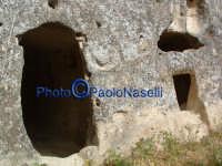 Area archeologica di Contrada Canalotto,l'esterno della Chiesa scavata nella roccia; da notare il piccolo foro sopra l'apertura principale, che al tramontare del sole traccia nel pavimento un raggio circolare che percorre tutta la Chiesa fino a coplire la zona sacra dell'altare.  - Calascibetta (2413 clic)
