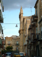 Via Buonarroti, , scorcio della facciata della Chiesa Madre.  - Villarosa (3707 clic)
