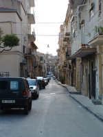 Una delle strade del centro storico (in particolare vista da Piazza S.Giacomo)che forma l'impianto a scacchiera della città.  - Villarosa (4363 clic)