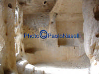 Area archeologica di Contrada Canalotto,l'interno della Chiesa scavata nella roccia; particolare dell'area dell'ingresso con gli scalini in pietra  - Calascibetta (2563 clic)