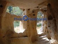 Area archeologica di Contrada Canalotto,l'interno della Chiesa scavata nella roccia; particolare dell'area dell'ingresso con gli scalini in pietra e le aperture che fanno entrare la luce.  - Calascibetta (1983 clic)