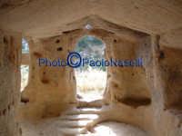 Area archeologica di Contrada Canalotto,l'interno della Chiesa scavata nella roccia; particolare dell'area dell'ingresso con gli scalini in pietra e le aperture che fanno entrare la luce.Da notare il piccolo foro posto sopra l'ingresso, che fa entrare al tramonto un raggio che va a colpire l'altare.  - Calascibetta (2224 clic)
