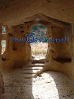 Area archeologica di Contrada Canalotto,l'interno della Chiesa scavata nella roccia; particolare dell'area dell'ingresso con gli scalini in pietra e le aperture che fanno entrare la luce.Da notare il piccolo foro posto sopra l'ingresso, che fa entrare al tramonto un raggio che va a colpire l'altare.2  - Calascibetta (2756 clic)