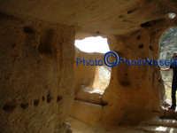 Area archeologica di Contrada Canalotto,l'interno della Chiesa scavata nella roccia; particolare dell'area dell'ingresso con gli scalini in pietra e le aperture che fanno entrare la luce.Da notare il piccolo foro posto sopra l'ingresso, che fa entrare al tramonto un raggio che va a colpire l'altare.3  - Calascibetta (2665 clic)