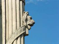 Obelisco di periodo fascista, particolare decorativo con testa di leone  - Pergusa (5679 clic)