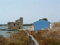 Riserva Naturale, la torre a mare della vecchia Tonnara e l'edificio blu.  - Vendicari (2076 clic)