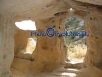 Area archeologica di Contrada Canalotto,l'interno della Chiesa scavata nella roccia; particolare dell'area dell'ingresso con gli scalini in pietra e le aperture che fanno entrare la luce.Da notare il piccolo foro posto sopra l'ingresso, che fa entrare al tramonto un raggio che va a colpire l'altare.4  - Calascibetta (2754 clic)