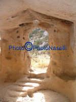 Area archeologica di Contrada Canalotto,l'interno della Chiesa scavata nella roccia; particolare dell'area dell'ingresso con gli scalini in pietra e le aperture che fanno entrare la luce.Da notare il piccolo foro posto sopra l'ingresso, che fa entrare al tramonto un raggio che va a colpire l'altare.5  - Calascibetta (2107 clic)