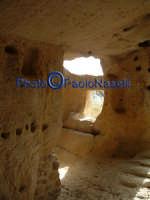 Area archeologica di Contrada Canalotto,l'interno della Chiesa scavata nella roccia; particolare dell'area dell'ingresso con gli scalini in pietra e le aperture che fanno entrare la luce.  - Calascibetta (1991 clic)