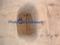 Area archeologica di Contrada Canalotto,l'interno della Chiesa scavata nella roccia; il foro nella parete tra i due ambienti contigui della grotta.  - Calascibetta (2904 clic)