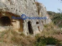 Area archeologica di Contrada Canalotto,l'il costone roccioso all'esterno della Chiesa scavata nella roccia.  - Calascibetta (2906 clic)