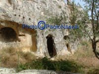 Area archeologica di Contrada Canalotto,l'il costone roccioso all'esterno della Chiesa scavata nella roccia.2  - Calascibetta (2556 clic)