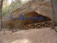 Area archeologica di Contrada Canalotto: grotta posta a ovest del complesso, presumibilmente usata come frantoio.  - Calascibetta (3260 clic)