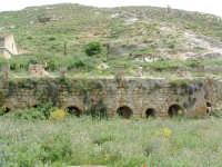 Archeologia industriale: la Miniera Gaspa, con le strutture ad archi che rimangono ancora in piedi.  - Villarosa (3796 clic)