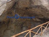 Area archeologica di Contrada Canalotto: grotta posta a ovest del complesso, presumibilmente usata come frantoio, vista interna.  - Calascibetta (2888 clic)