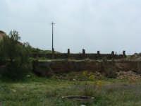 Archeologia industriale: la Miniera Gaspa, con le strutture che rimangono ancora in piedi.  - Villarosa (2369 clic)