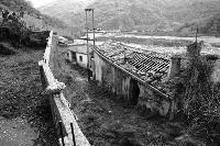 Questa foto riguarda un paese di nome Raiu, situato all'interno del perimetro Fondachelli-Fantina (ME) e popolato fino agli anni 60. Per maggiori info il reportage completo al link seguente: http://cubographic.wordpress.com/works/fotografia/raiu/   - Fondachelli fantina (2871 clic)