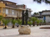 piazza gravina l'abbraccio  - Montevago (4172 clic)