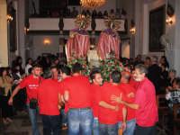 Particolare dei devoti durante il rientro dei Santi Cosma e Damiano  in chiesa settembre 2007  - Roccalumera (3708 clic)