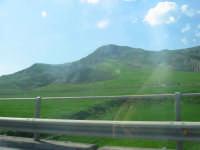 Monti dell'Ennese fotografati dall'autostrada con auto in movimento. Aprile 2008  - Enna (1273 clic)