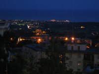 Agrigento di notte. Sullo sfondo la Valle dei Templi Aprile 2007  - Agrigento (4154 clic)