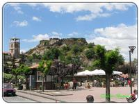 Piazza, sullo sfondo i resti del castello Giugno 2010  - Maletto (6800 clic)