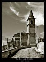 Agira: Il sentiero per il castello di Agira. Sullo sfondo, la Chiesa di Sant'Antonio.  - Agira (6182 clic)