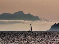 osserva la montagna che si erge dalle nuvole,ruotando la testa a 90° verso sinistra.. è Marittimo,nelle isole egadi.si può vedere la faccia del Dio dei venti,Eolo,che si alza dalle profondità marine per dare vita alle correnti,o almeno mi piace pensarla così. Marettimo si trova a circa 50 km dalla costa del trapanese   - Marettimo (1973 clic)