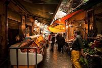 roba del Capo scorcio del mercato del Capo di Palermo. colori, atmosfere, gesti, persone  - Palermo (4501 clic)