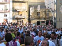 La piazza antistante la chiesa,gremita di gente per l'uscita del santo.  - Troina (2295 clic)