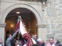 Uscita dello stendardo della confraternita dalla chiesa.  - Troina (2278 clic)